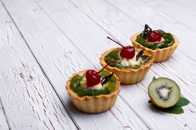 Baked baskets with fruits and sweet cream