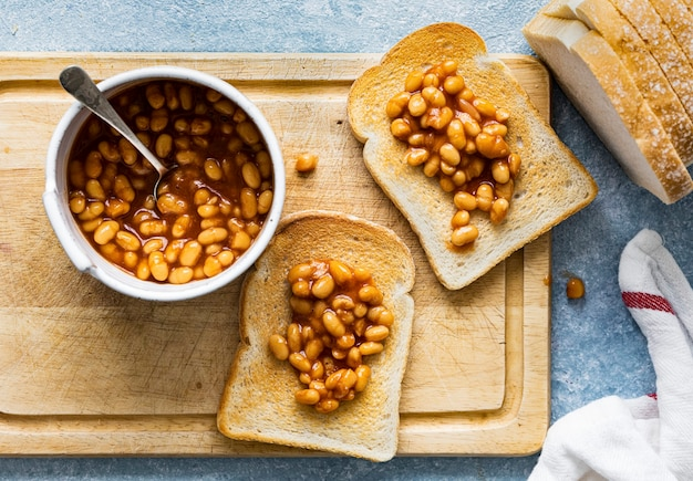 トーストでベイクドビーンズ簡単な朝食の食べ物の写真