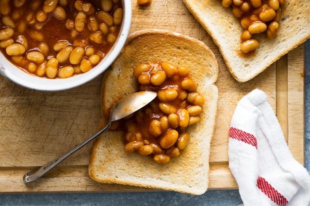 簡単な朝食用食品のトーストにベイクドビーンズ