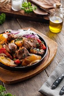 Запеченная говядина с овощами на чугунной сковороде