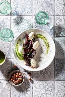 Салат из запеченной свеклы и сливочного сыра с орехами и соусом песто