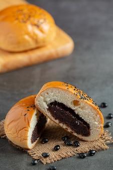 暗い床に置いた焼き黒豆のペーストパン