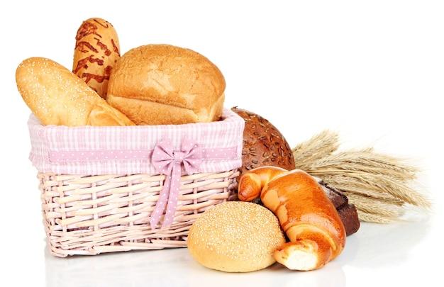 Запеченный хлеб в плетеной корзине на белом