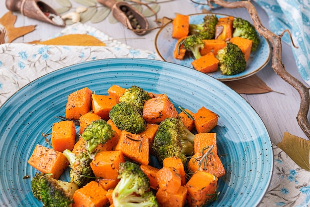 Запеченная брокколи и тыква. концепция здоровой и вкусной еды.