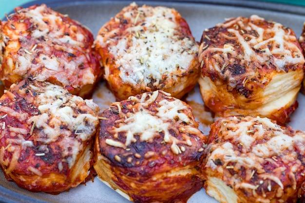 Запеченные булочки с начинкой из сыра и зелени.