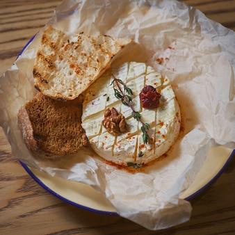 빵과 함께 구운 카망베르 치즈