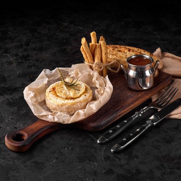 견과류와 꿀을 곁들인 구운 카망베르 치즈.