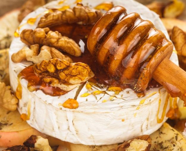 꿀과 호두를 뿌린 사과를 곁들인 구운 카망베르