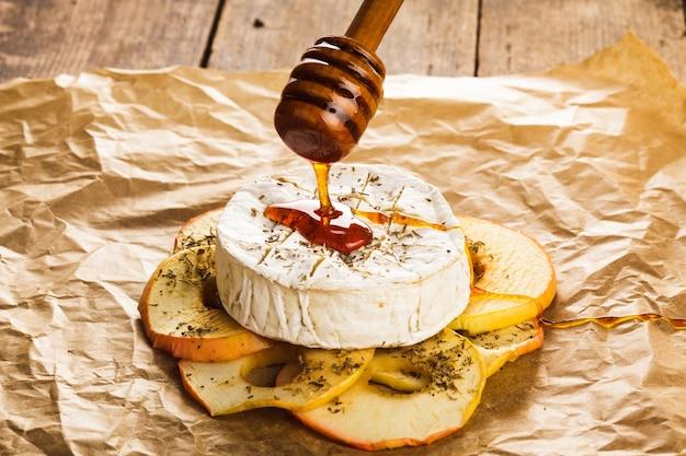 꿀에 담근 사과를 곁들인 구운 카망베르