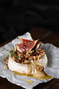 견과류와 꿀, 무화과, 타임 슬라이스를 곁들인 구운 카망베르.