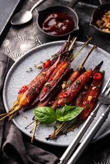 Запеченная морковь, глазированная соевым соусом и медом