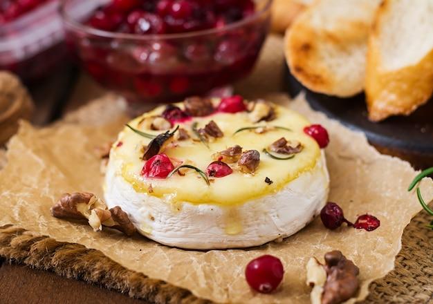 크랜베리와 견과류와 구운 치즈 카망베르
