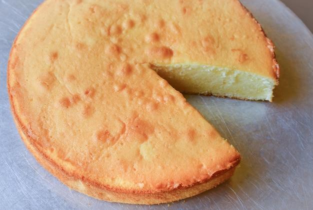 飾り付けや飾り付けの準備ができた焼きチーズケーキ