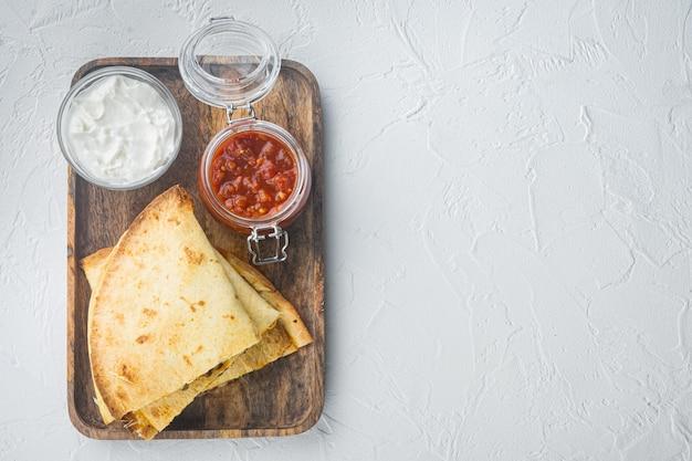 焼きチキンとチーズのケサディーヤ、白い背景、上面図フラットはテキストのコピースペースで横たわっていた