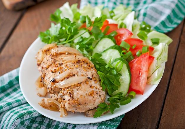 Petto di pollo al forno e verdure fresche sul piatto