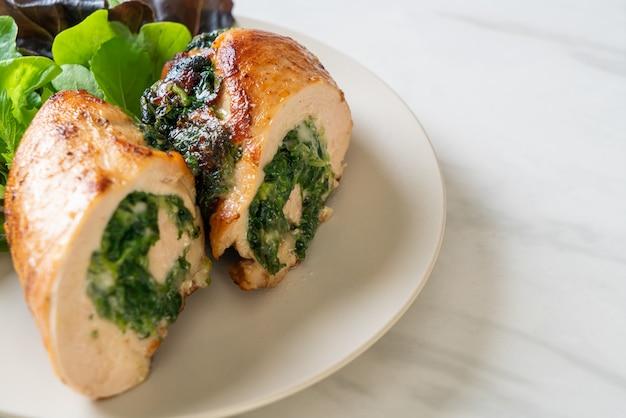 Запеченная куриная грудка, фаршированная сыром и шпинатом