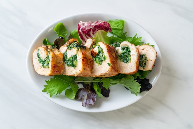チーズとほうれん草を詰めた焼き鶏胸肉