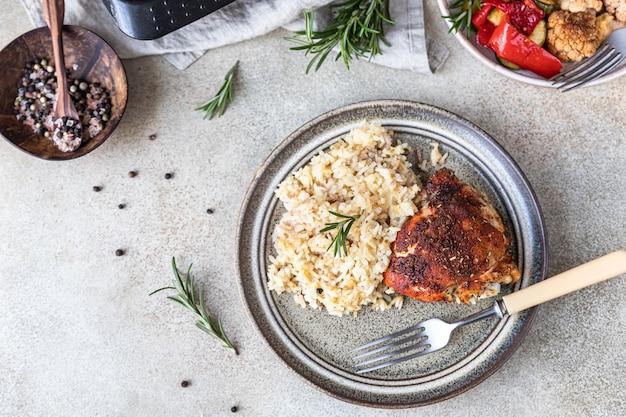 焼き野菜を添えた皿にご飯を添えて焼き鶏胸肉