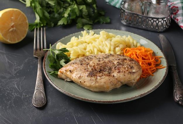 Запеченное куриное филе, макароны и свежая морковь - вкусный и полезный завтрак