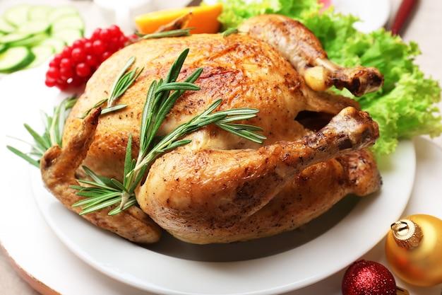 축제 저녁 식사를 위해 구운 닭고기. 크리스마스 테이블 세팅