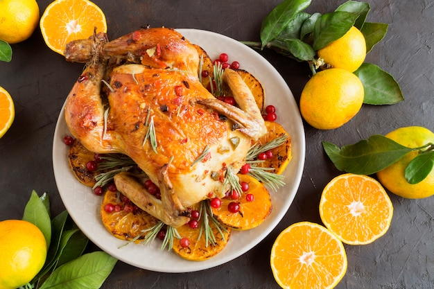 Запеченная курица в духовке, праздничное блюдо,