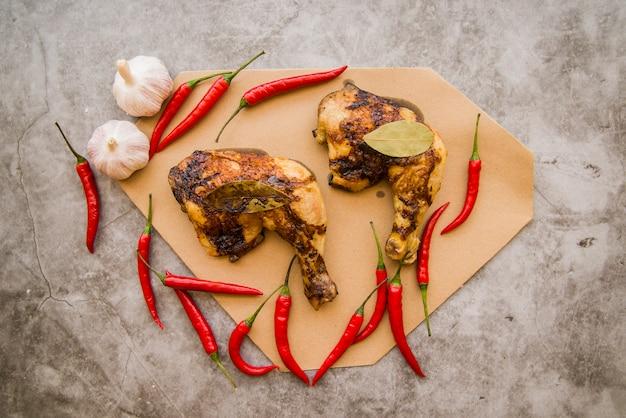 테이블에 구운 닭 다리 분기