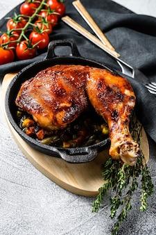 フライパンに調味料を入れて焼き上げた鶏の脚