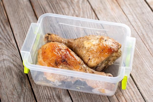용기에 구운 닭 다리