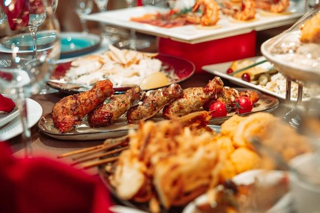Запеченные куриные окорочка на столе в ресторане.