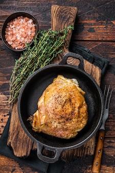 Запеченное куриное бедро на сковороде с розмарином и солью.