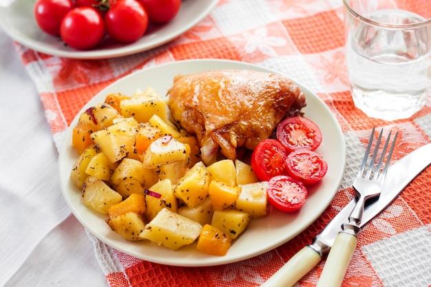 Запеченное куриное бедро с запеченным картофелем и гарниром из тыквы