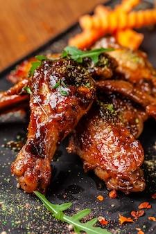 Запеченные куриные крылышки и ножки в медово-горчичном соусе.