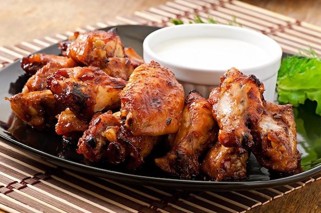 아시아 스타일의 구운 닭 날개