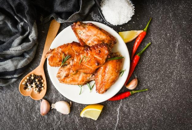 焼き手羽先のソースとハーブとスパイスでタイのアジア料理を調理するローズマリーチキンのグリル
