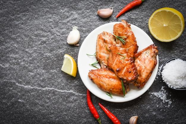 手羽先のタレとスパイスで焼いた手羽先のタイ料理、ローズマリーチキンのグリル