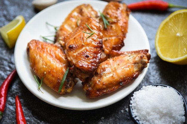 手羽先のソース焼きとスパイスでタイのアジア料理を調理するローズマリーチキンのグリル