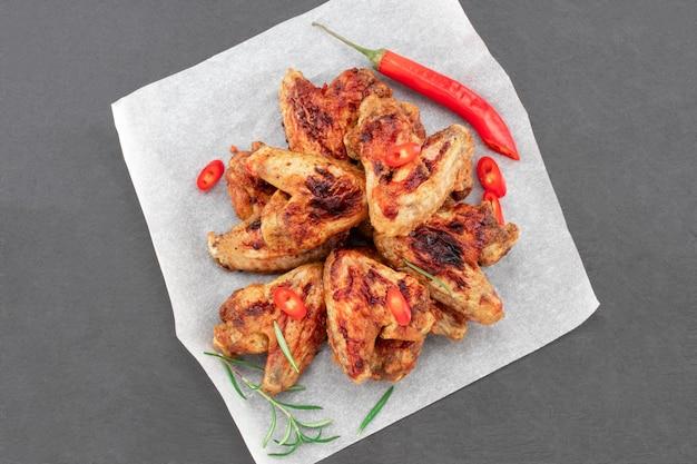 Запеченные куриные крылышки с соусом Premium Фотографии