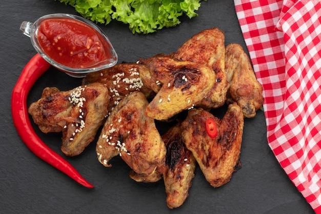 Запеченные куриные крылышки с кунжутом и соусом