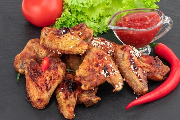 Запеченные куриные крылышки с кунжутом и сладким соусом чили
