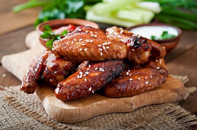 데리야끼 소스를 곁들인 구운 닭 날개