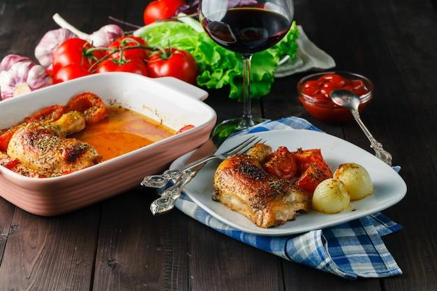 접시에 야채와 구운 된 닭 날개