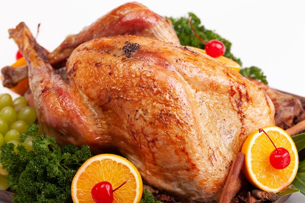 흰색 바탕에 레몬과 민트를 곁들인 구운 닭고기.