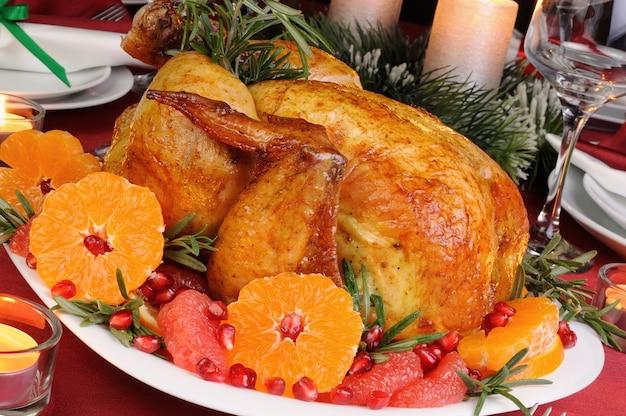 クリスマステーブルでマンダリン、グレープフルーツ、ザクロと焼き鶏肉