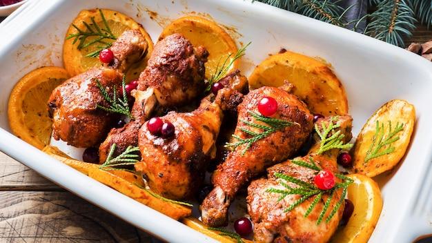 Запеченная курица с дольками апельсина и специями