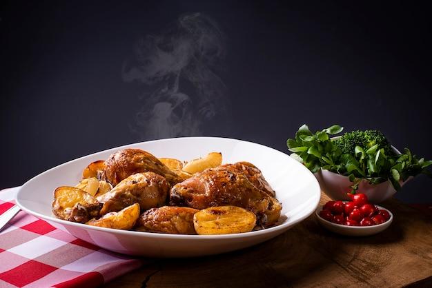 Запеченная курица с картофелем и луком