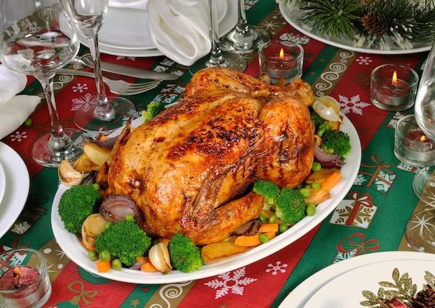 お祝いのテーブルに野菜と焼き鳥
