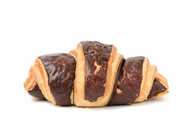 Запеченный шоколадный круассан из белой пшеничной муки, изолированные на белом фоне, крупным планом