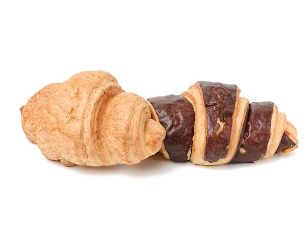 白い背景に分離された白い小麦粉から作られた焼きチョコレートクロワッサン、クローズアップ