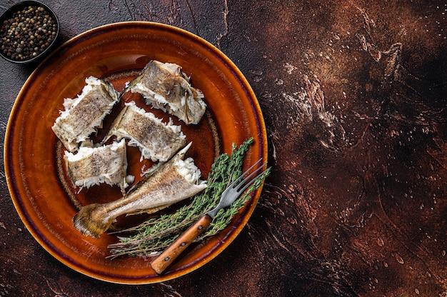 Запеченная треска белая рыба в тарелке