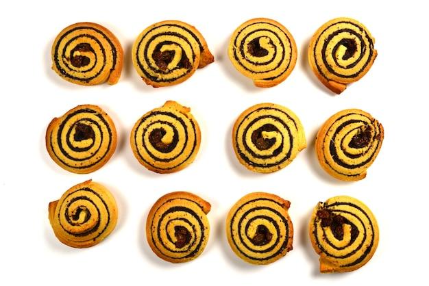 Запеченное печенье с изюмом и маком, изолированные на белом фоне.